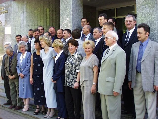 Skierniewiccy radni sprzed osiemnastu lat uwiecznieni zostali podczas sesji Rady Miasta Skierniewice, która odbyła się w październiku 2000 r. Niektórych z nich już nie ma wśród nas. Sesje rady miasta odbywały się wówczas w sali konferencyjnej urzędu miasta przy ul. Senatorskiej.