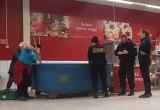 Uwaga na śnięte karpie w hipermarkecie! W Tesco interweniowała policja [FILM]