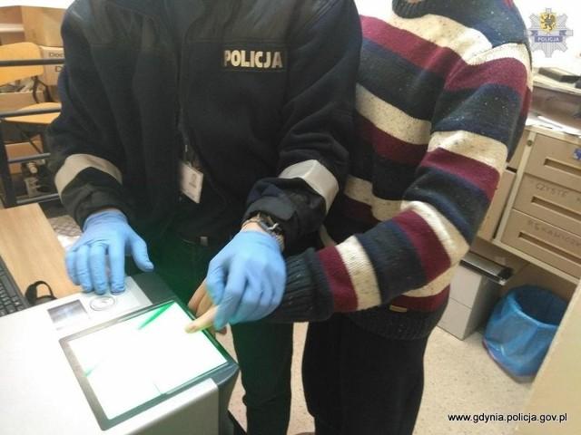 Ugodził nożem mężczyznę w Gdyni. Policjanci z Gdyni zatrzymali 23-latka.