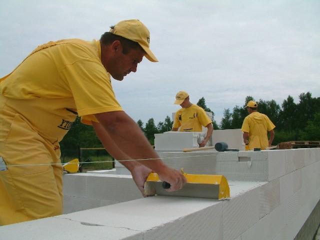 Budowa domu jednorodzinnegoRzetelne sprawdzenie ofert na rynku, a następnie kwalifikacji wybranej ekipy budowlanej zaowocuje spokojem inwestora, że jego dom będzie wybudowany solidnie i w terminie.