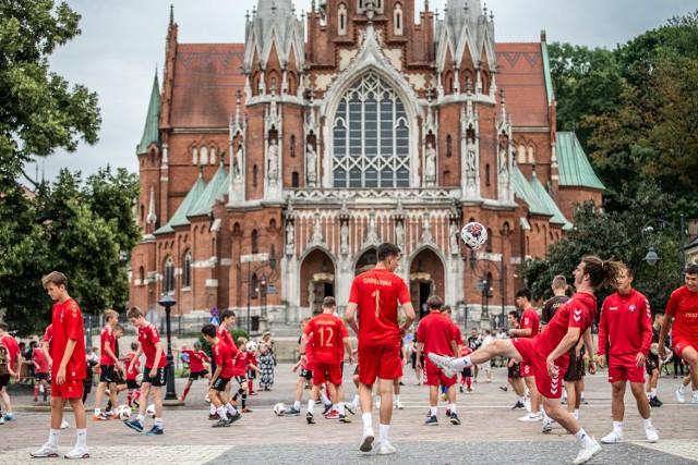 Flash Mob na Rynku Podgórskim w Krakowie z okazji 100-lecia RKS Garbarnia