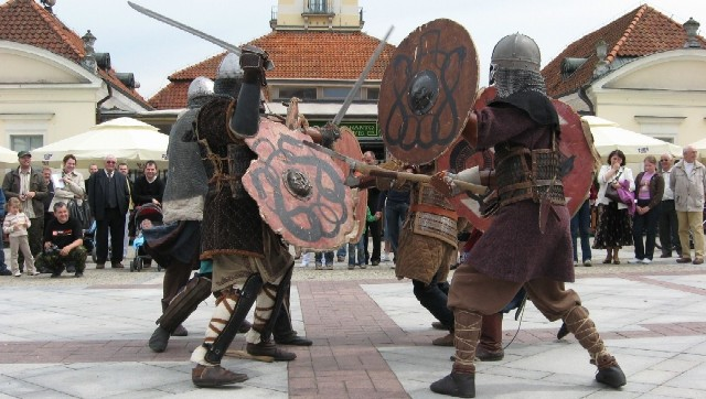 Wojowie na placu przed Ratuszem