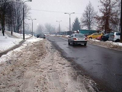 Tak wyglądało wczoraj pobocze dojazdowej ul. 106. DP AK. Z prawej zaśnieżony parking. Fot. Zbigniew Wojtiuk