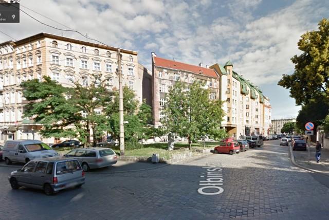 Skwer przed kościołem pw. Opieki św. Józefa na skrzyżowaniu ulicy Jedności Narodowej, Ołbińskiej i Pobożnego.