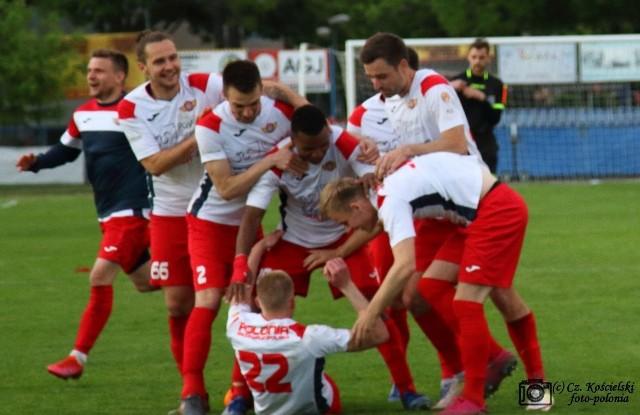 Tak piłkarze Polonii Środa cieszyli się po wygraniu serii rzutów karnych          w półfinałowy meczu PP z Unią Swarzędz