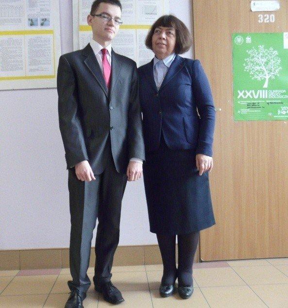 0d7b36922 Tegoroczny maturzysta Kacper Książkiewicz oraz Maria Banasińska,  nauczycielka biologii