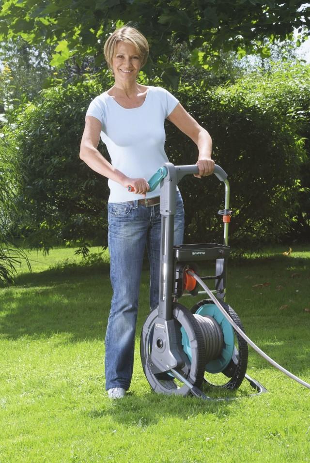 wąż ogrodowyUżytkowanie wózka na wąż z możliwością nawijania węża w pozycji stojącej, zapobiega niewygodnej i niezdrowej zmianie pozycji.
