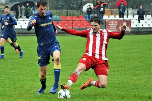 Soła Oświęcim pokonała na własnym boisku Stal Rzeszów 2:1, lidera III ligi piłkarskiej (grupa południowo-wschodnia). Mateusz Wyjadłowski (z prawej) w pierwszej połowie bardzo mocno pracował na kolegów.