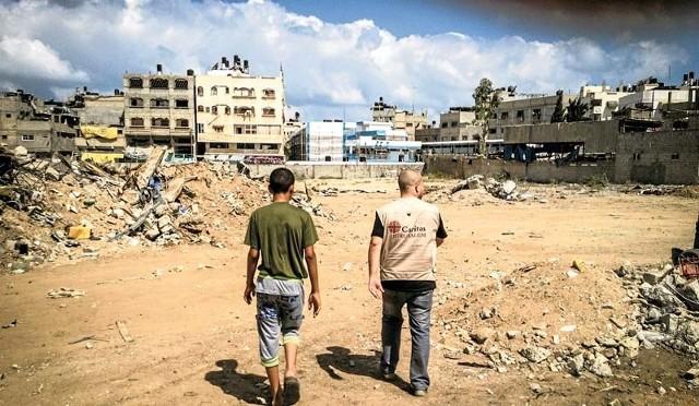 ONZ szacuje, że już ponad 230 tysięcy mieszkańców Strefy Gazy uciekło z domów i schroniło się w innych miejscach w palestyńskiej enklawie.