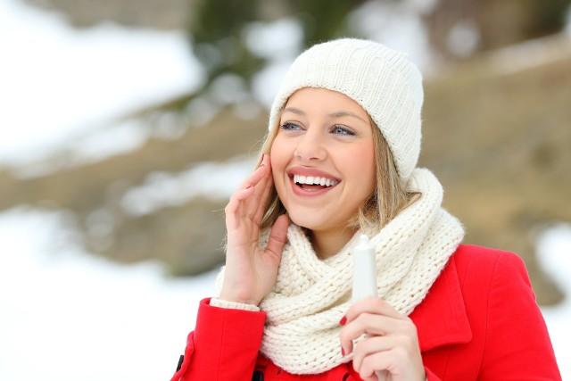 Sezon zimowy to duże wyzwanie dla skóry. Mroźne powietrze, wilgoć, suchy wiatr, drastyczne zmiany temperatur są źle tolerowane przez cerę i włosy.