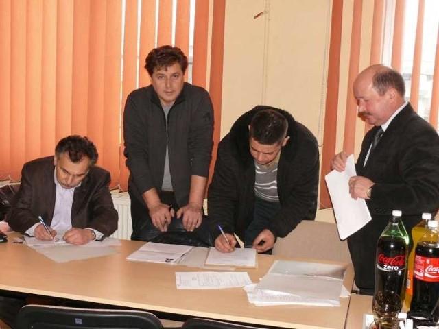 Uczestnicy egzaminu na dyplomowanych zdunów, z prawej Józef Jachcik, dyrektor Ośrodka Szkolenia Rzemiosła w Rzeszowie.
