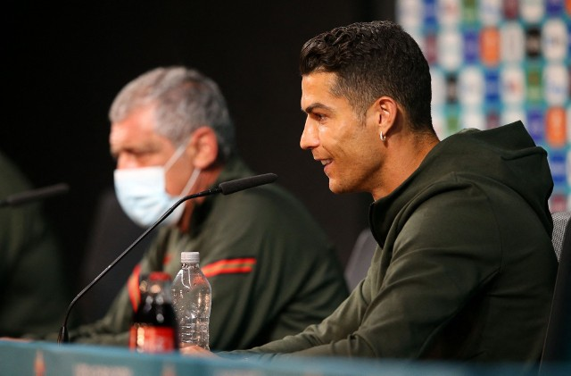 """Cristiano Ronaldo podpadł sponsorowi Euro 2020. """"Cola... Pijcie wodę!"""""""