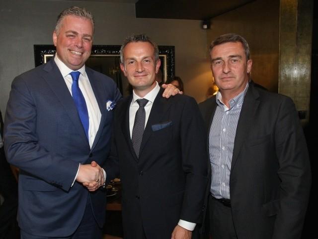 Chwilę po podpisaniu umowy – od lewej Bertus Servaas, Wojciech Piskorz i Arkadiusz Karch.