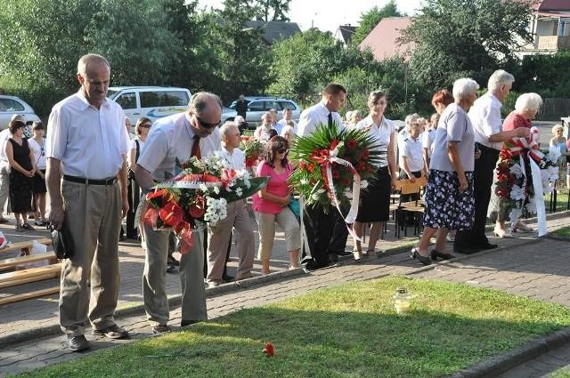 Wieńce i wiązanki kwiatów złożono na grobach pomordowanych 15 lipca 1943 roku