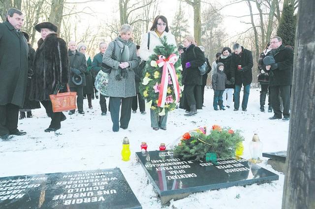 Mniejszość niemiecka odda hołd ofiarom Tragedii Górnośląskiej na cmentarzu ofiar powojenego obozu w Łambinowicach 29 stycznia.