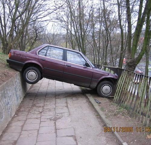 Kierowca tego bmw zatrzymał się na górce przy Zubrzyckiego, ale nie zabezpieczył auta. Siła ciążenia spowodowała, że samochód powolutku stoczył się i zaparkował, jak zaparkował... Kierowca dostał mandat.