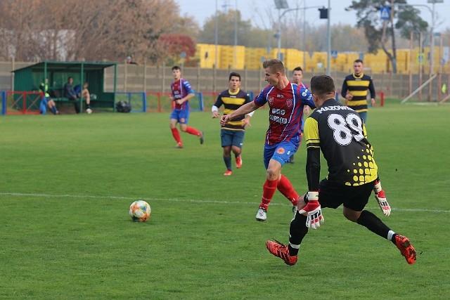 Piłkarze Narwi Ostrołęka byli faworytami tego spotkania, gdyż w ligowej tabeli znajdowali się zdecydowanie wyżej od Mazowsza. Byli na drugim miejscu, podczas gdy goście znajdowali się pod koniec stawki.