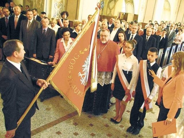 Świadkami przekazania nowego sztandaru szkole byli honorowi obywatele gminy Wyszki: Karolina Kaczorowska i bp Antoni Dydycz.