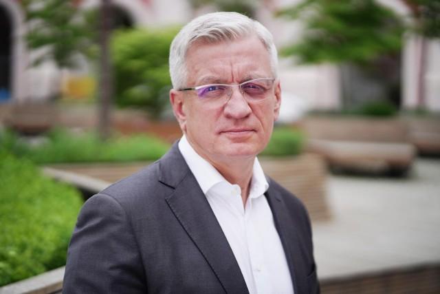 Jak tłumaczy Jacek Jaśkowiak w odpowiedzi na list otwarty, wzrost wynagrodzeń jego najbliższych współpracowników związany jest z absencją na stanowisku czwartego zastępcy prezydenta, którego funkcje zostały rozdzielone pomiędzy pozostałych pracowników.