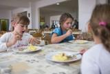 Co jedzą dzieci w szkołach? Wyniki kontroli Inspekcji Handlowej jeżą włos na głowie. Przeterminowane mięso i wędliny w kuble na śmieci