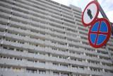 Mężczyzna z bronią na balkonie w Katowicach. Policjanci zapukali do jego mieszkania w Superjednostce