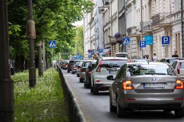 Poluzowanie obostrzeń sanitarnych spowodowało, że coraz więcej osób przemieszcza się po Krakowie. Szczególnie w deszczowe dni i piątkowe popołudnia na drogach tworzą się gigantyczne korki. Tak jest np. na ul. Dietla.