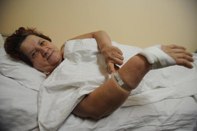 - Z tą opaską czuję się jak niemowlę na porodówce - mówi Danuta Trzaskowska, pacjentka kardiologii opolskiego WCM.