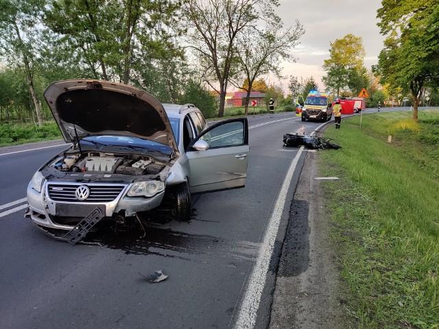 20 maja na drodze krajowej 70 w miejscowości Arkadia na motorze zabił się kolejny dwudziestolatek. Z policyjnych ustaleń wynika, że 21-letni kierowca jednośladu (hondy) nie zachował odpowiedniej prędkości i wypadł z zakrętu, po czym uderzył w osobowego passata kierowanego przez 45-letnią kobietę. 21-letni skierniewiczanin zginął na miejscu.Czytaj więcej na następnej stronie