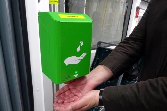 Wiosną tego roku spółka MPK Poznań zamówiła 635 dezynfektorów. Teraz dokupiła kolejne bezdotykowe automaty do odkażania rąk