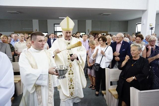 Arcybiskup Stanisław Gądecki w niedzielę poświecił nową parafię pw. św. Jana Pawła II na Naramowicach w Poznaniu.