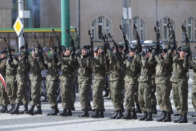 Święto Wojska Polskiego w Poznaniu: Uroczystości na placu Adama Mickiewicza