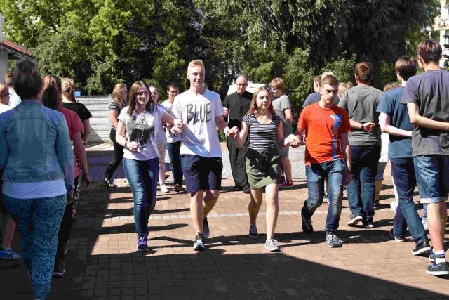 Wolontariusze uczą się poloneza, który zaprezentują już w sobotę.