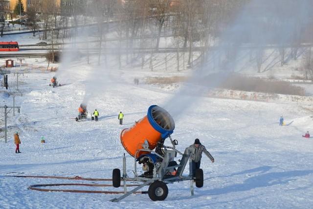 Górka Środulska latem to teren wypoczynkowy, chętnie wykorzystywany do spacerów. Zima zmienia się z stok narciarski.Zobacz kolejne zdjęcia. Przesuwaj zdjęcia w prawo - naciśnij strzałkę lub przycisk NASTĘPNE