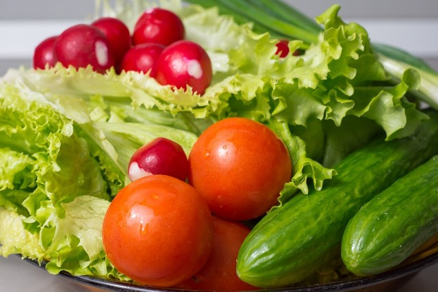 """Narodowe Centrum Edukacji Żywieniowej: """"WHO zaleca co najmniej 400 g warzyw i owoców dla utrzymania zdrowia każdego dnia – większe ilości przynoszą dodatkowe korzyści dla zdrowia"""".Przykłady owoców i warzyw, które nie powinny być przechowywane w lodówce, znajdziesz w galerii: --->"""