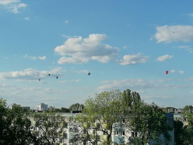 W czwartkowe popołudnie można było podziwiać balony latające nad Poznaniem. To dość nietypowy widok, bo zwykle latające balony nie mogą pojawiać się w okolicy lotniska. Wszystko było jednak możliwe dzięki uziemieniu samolotów. Obserwować możne je było z Grunwaldu, Górczyna i okolic osiedla M. Kopernika. Zobaczcie zdjęcia --->
