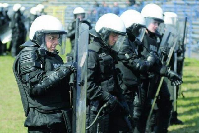 Inspektor Krzyżanowski, komendant miejski policji w Bydgoszczy zwraca uwagę na dramatyczną sytuację w bydgoskich strukturach policji - 100 wakatów i 30 osób na długoterminowych urlopach zdrowotnych, deklarujących chęć odejścia ze służby.