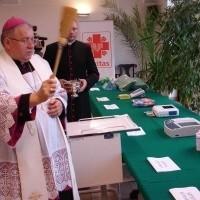 Biskup ełcki Jerzy Mazur przed przekazaniem darów szpitalom poświęcił nowy sprzęt, aby jak najlepiej służył lekarzom i pacjentom