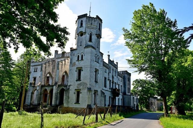 Piękny, neogotycki pałac w Drwalewicach, w gminie Kożuchów