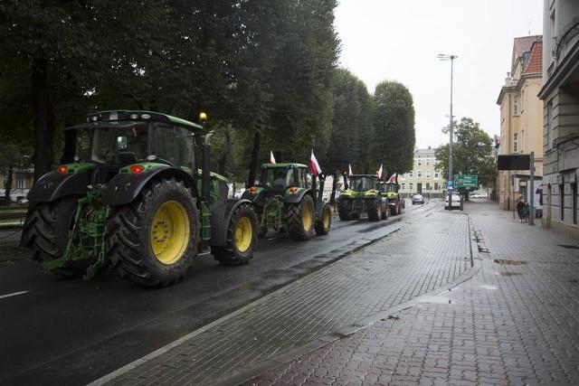 """Przejazd kilkunastu traktorów przez centrum i spowolnienie ruchu na krajowej szóstce. Do tego pikieta biur słupskich posłów, którzy głosowali za przyjęciem """"piątki dla zwierząt"""" i przemarsz ulicami miasta. W środę 21 października 2020 roku rolnicy protestowali w Słupsku."""