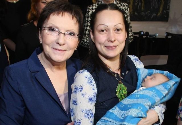 Premier Ewa Kopacz chętnie fotografowała się z paniami. Tu z Sandrą Tyszką, nominowaną w plebiscycie Kobieta Przedsiębiorcza 2014 mieszkanką Kielc oraz jej córeczką.