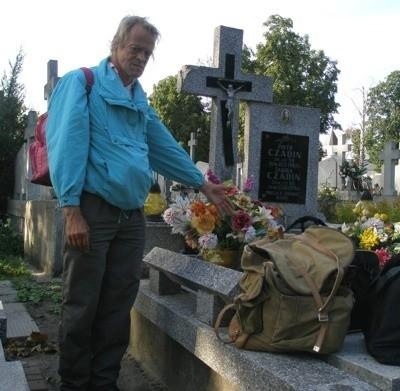 - W tych torbach mam cały swój dobytek, a na tym grobie śpię. Tu leży mój ojciec - pokazuje Albin Czadin, bezdomny, który nie ma już innego pomysłu na to, gdzie się podziać.