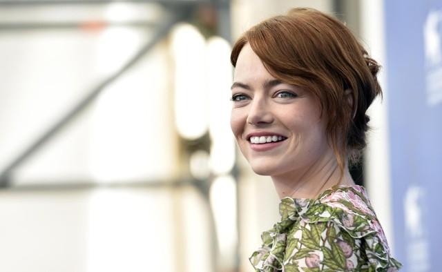 Gwiazdy na czerwonym dywanie podczas Festiwalu Filmowego w Wenecji. Na zdjęciu Emma Stone