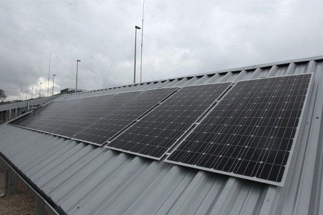 Fikcyjne firmy handlowały panelami słonecznymi z innymi, realnie funkcjonującymi na rynku przedsiębiorstwami. Potwierdzeniem zawieranych transakcji były fałszywe faktury VAT oraz przelewy bankowe.