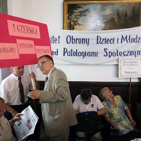 W ratuszu radnych przywitała grupka  przedstawicieli Komitetu Ochrony Dzieci i Młodzieży przed Patologiami Społecznymi.