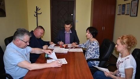 Umowę z wykonawcą projektu termomodernizacji podpisał Sławomir Kowalczyk (w środku), wójt gminy Opatowiec.