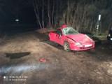 Śmiertelny wypadek pod Wieleniem. Auto uderzyło w drzewo i złamało się na pół