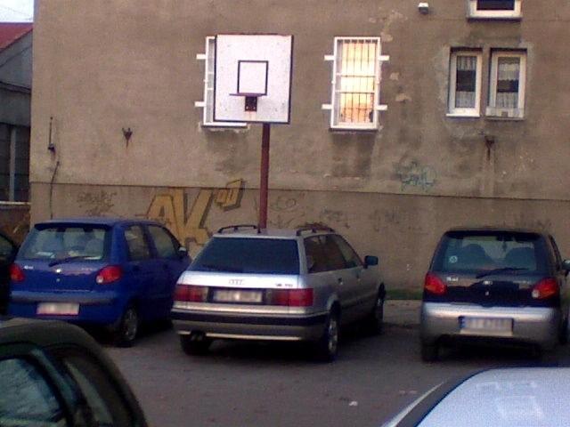 Kierowca zaparkował na boisku do koszykówki