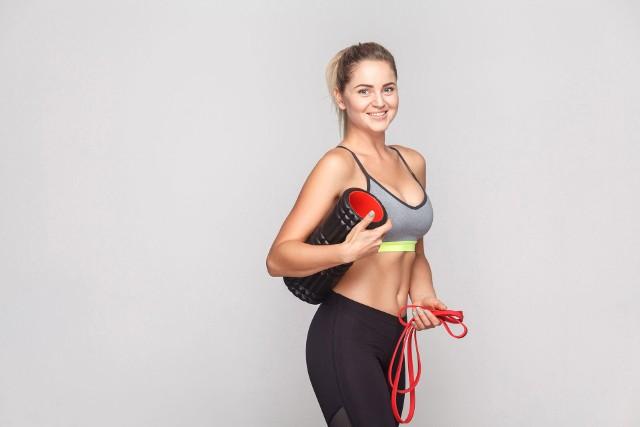 Na kolejnych zdjęciach znajdują się propozycje domowych treningów, z których każdy bez względu na poziom zaawansowania, znajdzie coś dla siebie! Pamiętaj, by przed ćwiczeniami wykonać krótką 10-15-minutową rozgrzewkę. To seria kilku ćwiczeń o narastającej intensywności, która przyspiesza krążenia krwi w ciele i uelastycznia mięśnie oraz stawy przygotowując ciało do wysiłku fizycznego. Jej pomijanie, nawet w warunkach domowych, zwiększa ryzyko kontuzji.
