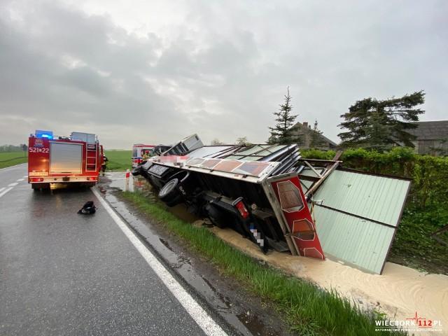 Zgłoszenie o wypadku dyżurny Komendy Powiatowej Państwowej Straży Pożarnej w Sępólnie Krajeńskim otrzymał o godz. 4.34. Do zdarzenia doszło na drodze krajowej nr 25 na trasie Sępólno - Bydgoszcz w gminie Sośno. Śmierć na miejscu poniósł pasażer Iveco, 44-letni mężczyzna.Ratownicy przystąpili do resuscytacji pasażera, 44-letniego mężczyzny, który znajdował się w części sypialnej nad kabiną kierowcy. Przybyły na miejsce lekarz stwierdził zgon mężczyzny.
