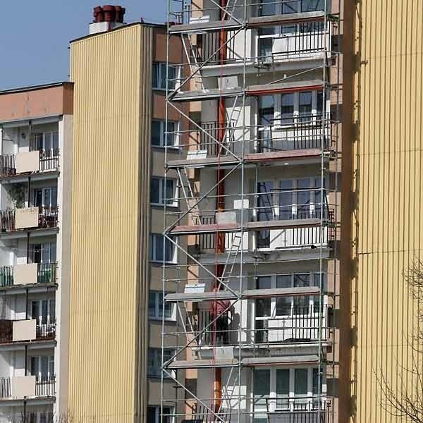 Remont balkonów w bloku przy ulicy Broniewskiego w Rzeszowie.